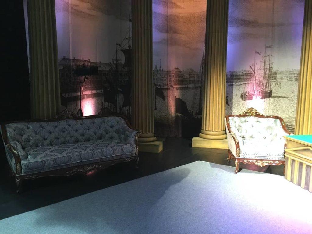 Мебель, как реквизит спектакля.